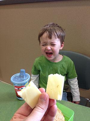 チーズを半分に割られたから