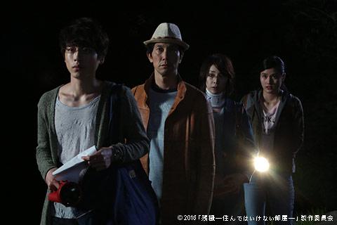 映画『残穢』での1シーン。左から坂口健太郎、佐々木蔵之介、竹内結子、橋本愛