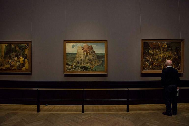 ウィーン美術史美術館の「ブリューゲルの間」にて。左から《サウロの回心》《バベルの塔》《謝肉祭と四旬節の喧嘩》
