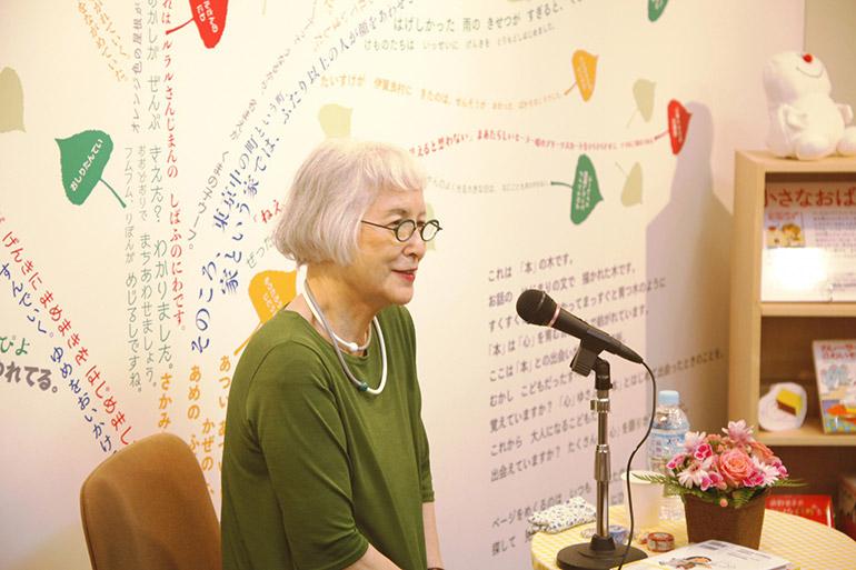 企画展「こどもと本が出会う場所」のオープニングイベントとして開催された角野さんのトークショーは、大盛況のうちに幕を閉じました