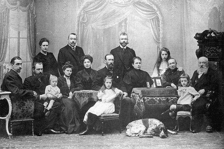 1904年、サンクトペテルブルクの写真館にて。左から二人目がテレヘンの祖父、隣が祖母。祖父に抱かれているのは1903年生まれの母の長兄。右端の二人が曾祖父と曾祖母。手前の少年と少女は母のいとこ。犬は家から連れてきた。1909年生まれの母はここには写っていない