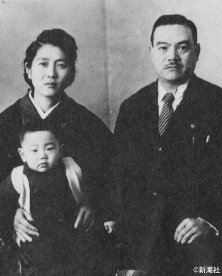 宮本輝、満一歳の誕生日に。両親とともに