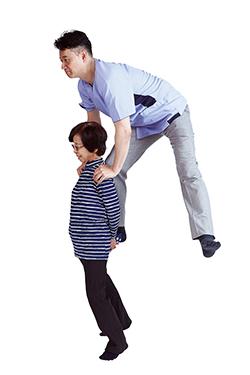 3年前に駅の階段で転び、数日歩けなくなった79歳の女性。「ゆびのば体操」を行い、72kgの著者を背負えるほどに回復