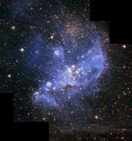 """こちらはハッブル望遠鏡が捉えた""""星のゆりかご""""NGC346星雲。天の川銀河のすぐ隣にある小マゼラン雲に属するNGC346星雲は、いまも多くの星を生みだしている。「宇宙の一番星」ができたあと、それが超新星爆発して生まれた材料などを使ってこうした星々が生まれたと考えられている。NASA, ESA and A. Nota (STScI/ESA)"""