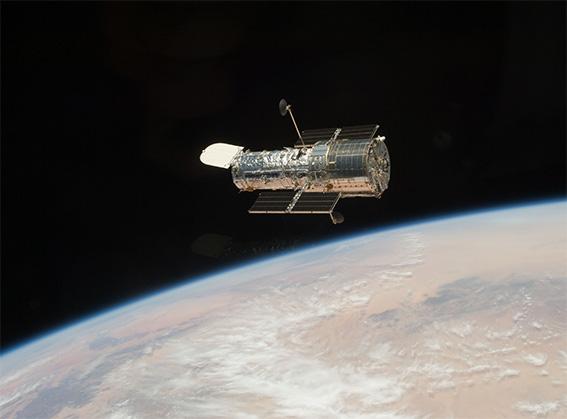 スペースシャトル・アトランティスから撮影したハッブル宇宙望遠鏡。宇宙に関する数々の謎を解き明かしてくれた(NASA)