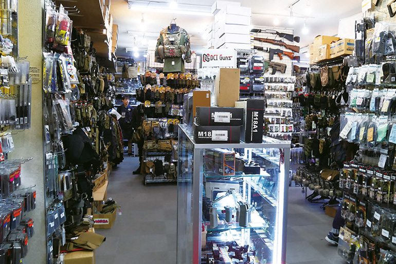 GUN&MILITARY ECHIGOYAの店内