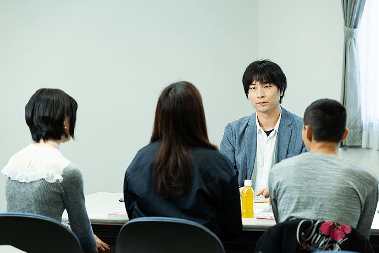 手前左から安田みのりさん、宮里華さん、山口桃弥さん(千葉大学推理小説同好会...