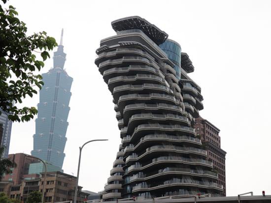 世界で唯一、呼吸できる芸術品のような住宅」を目指して建築中のマンション「陶朱隠園」。向こうに建つのが、台北101