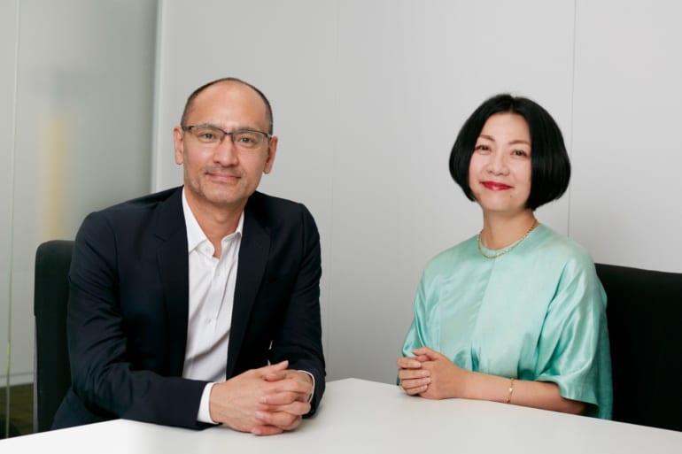 吉田修一さん(左)とインタビュアー田中敏恵さん(右)